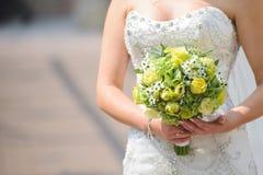 Panna młoda z Zielonymi kwiatami obraz stock
