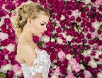 Panna młoda na peonia kwiatu tle Zdjęcie Stock