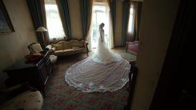 Panna młoda Patrzeje Przez okno w pokoju hotelowym Zdjęcie Stock