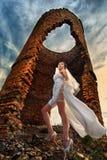Panna młoda przeciw zaniechanym ruinom Fotografia Stock