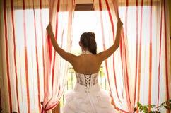 Panna młoda przy okno Fotografia Royalty Free
