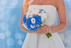 Panna młoda w biel kwiatach i sukni Zdjęcie Stock