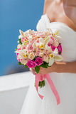 Panna młoda w biel sukni z bukietem kwiaty Obraz Royalty Free
