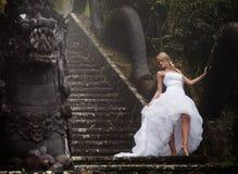 Panna młoda w czarodziejka parku w Bali Fotografia Royalty Free