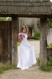 Panna młoda z bukietem kwiaty pozuje w fotografii na naturze zdjęcie royalty free
