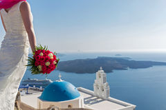 Panna młoda z bukietem kwiaty santorini greece Fotografia Stock