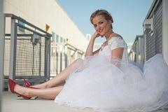 Panna młoda z czerwonymi butami Obraz Royalty Free