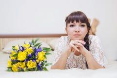 Panna młoda z kwiatami obrazy royalty free