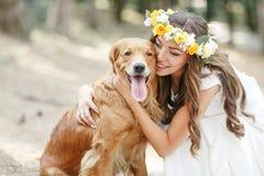 Panna młoda z psem w parku Fotografia Stock