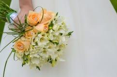 Panna młoda i kwiaty Zdjęcia Royalty Free
