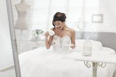 Panna młoda rozlewa kawę na ślubnej sukni Obraz Royalty Free
