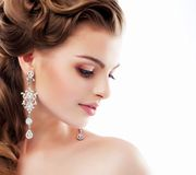 Czysty piękno. Arystokratyczny profil uśmiechnięta dama z Glansowanymi Diamentowymi kolczykami. Kobiecość & wyrafinowanie Zdjęcie Stock