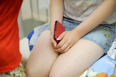 Panna młoda z telefonem komórkowym Fotografia Royalty Free