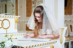 Panna młoda znaki na solennej rejestraci małżeństwo Obrazy Stock