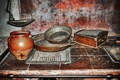 Panna och krus i ett lantligt kök Fotografering för Bildbyråer