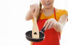Panna och spatel för matlagning för kvinnahand hållande royaltyfria bilder