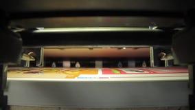 Panna på maskinen för tryckpresstypografi i arbete arkivfilmer