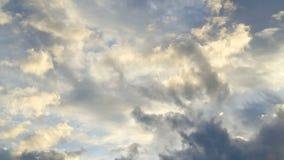 Panna skjutit härligt guld- ljus för molnig himmel lager videofilmer