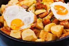 Panna-stekt potatis, ägg och kött royaltyfri foto