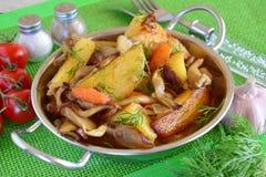 Panna stekt potatis med ostronchampinjoner Vegetarian strikt vegetarian arkivbild