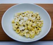 Panna van Tortellinialla in een witte plaat, Italiaanse deegwaren royalty-vrije stock foto