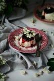 Pannacotta με τα λουλούδια ακακιών και τη σάλτσα κερασιών στοκ εικόνα
