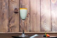 Pannacotta in een glas op een houten achtergrond Stock Fotografie