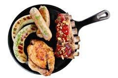 Pannan fyllde med olika sorter av grillat kött fotografering för bildbyråer
