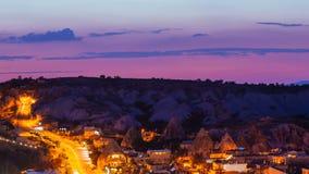 Pannan sköt timelapsesikt av den Goreme byn med härlig himmel i Cappadocia på natten i Turkiet arkivfilmer