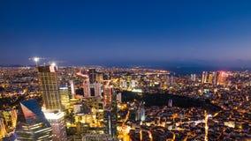Pannan sköt timelapsetaksikt av Istanbul cityscape och det guld- hornet på natten arkivfilmer