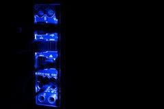 Panne d'électricité, frontières brouillées Fermez-vous des câbles bleus de réseau reliés au commutateur noir rougeoyant dans l'ob Photographie stock
