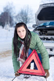 Panne de véhicule de l'hiver - triangle d'avertissement de femme Image stock