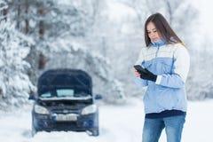 Panne de voiture sur la route d'hiver image libre de droits