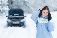 Panne de voiture sur la route d'hiver photos libres de droits
