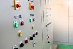 Panneau électrique industriel de commutateur à la sous-station de l'installation de traitement de l'eau photos stock