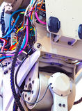 Panneau électrique, travail d'électricien, un robot avec des fils et disjoncteurs, outils images libres de droits