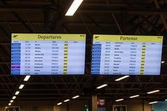 Panneau électronique d'horaire de départs de vols photographie stock libre de droits
