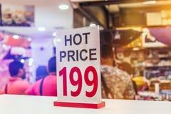 Panneau chaud de signe des prix dans le centre commercial de la Thaïlande photos stock