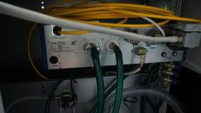 Panneau, commutateur et câble de réseau au centre de traitement des données Photo stock
