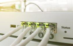 Panneau, commutateur et câble de réseau au centre de traitement des données photos libres de droits