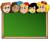 Panneau d'école avec des visages d'enfants Images stock