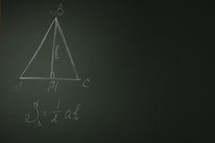 Panneau d'école vert avec la formule géométrique Images stock