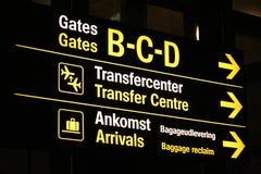 Panneau d'aéroport affichant des sens Images libres de droits