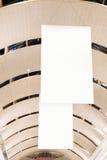 Panneau d'affichage éclairé à contre-jour blanc de publicité de l'espace d'annonce extérieur Photographie stock