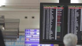 Panneau d'affichage aux infos de vols d'exposition d'aéroport banque de vidéos