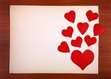 Panneau d'affichage avec des formes de coeur Images stock