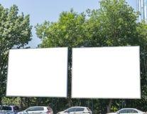Panneau d'affichage avec le ciel bleu et les arbres de l'espace blanc Image stock