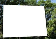 Panneau d'affichage avec le ciel bleu et les arbres de l'espace blanc Photographie stock libre de droits