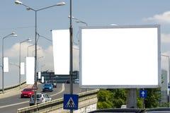 Panneau d'affichage avec le ciel bleu et les nuages de l'espace blanc Image libre de droits