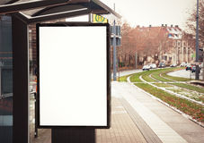 Panneau d'affichage, bannière, vide, blanche à l'arrêt d'autobus Photo stock